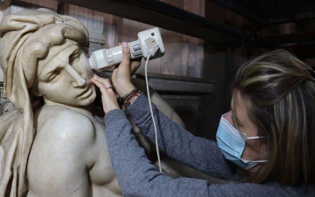 Indagini colorimetriche sulla statua dell'Aurora del monumento funebre di Lorenzo duca d'Urbino - Foto per gentile concessione del CNR
